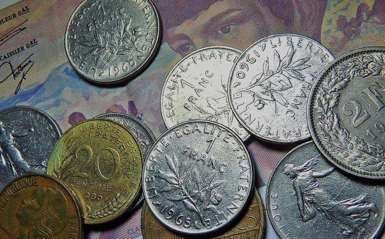 Czy można zgodnie z prawem wymieniać walutę na spłatę kredytów frankowych poza bankiem i nie korzystać z przewalutowania w banku, w którym mamy kredyt? Sprawdź, czy możesz tak zrobić i gdzie kupić najtaniej waluty